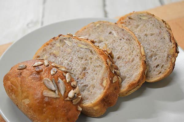 白殻五粉さんのライ麦のひまわりパン