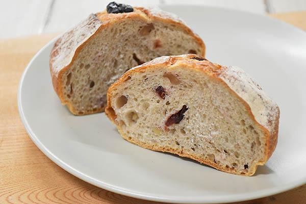 白殻五粉さんのクランベリーとくるみのライ麦パン
