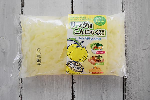 新内農園さんのサラダ用こんにゃく麺・生ゆず練り込み平麺