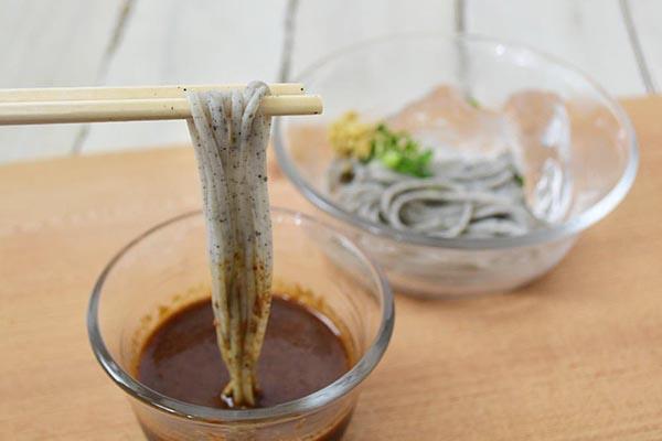 和田萬さんの手延べ黒ごま麺